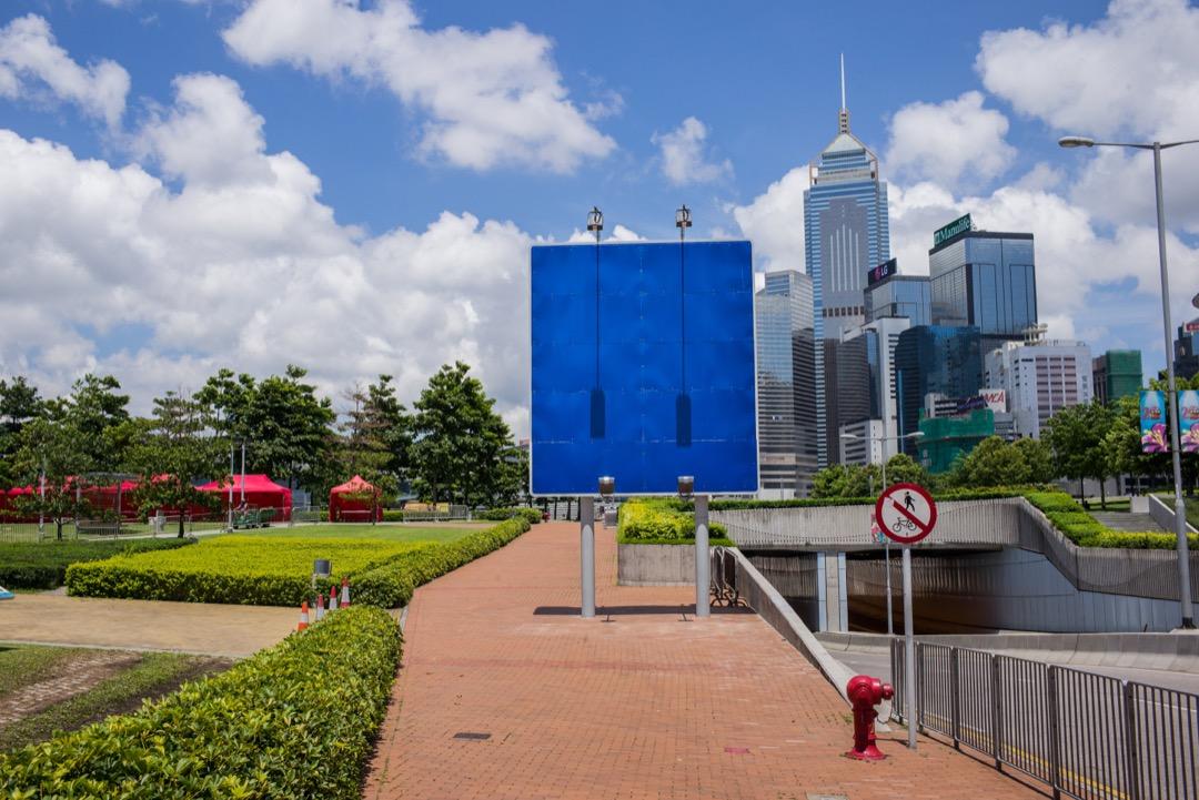 在馬國明看來,「香港」的形塑——無論作為城市還是文化身份——都高度內嵌于殖民史和移民史,並不存在一個古老的、可以延續至今的穩定身份。圖為雨傘運動中,曾經發生關鍵性衝突的龍和道,豎立著一個新建的路牌。