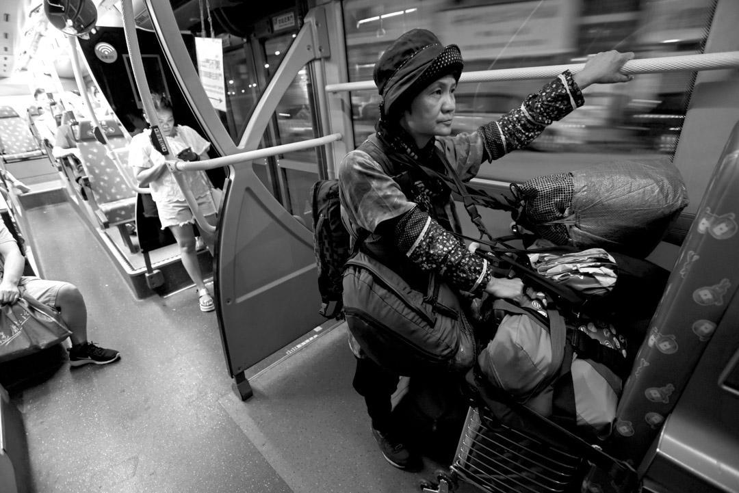 60歲的Maymay每晚步履蹣跚,獨自在街上徘徊,尋覓容身之處。凌晨她走進麥當勞,但求卸下包袱,找個燈光 不太刺眼的隱蔽處,伏在桌上渡過一晚。