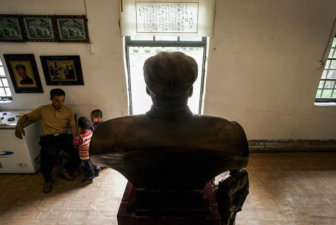 2005年5月26日,陝西延安一家禮品店,一座毛澤東的青銅半身像。