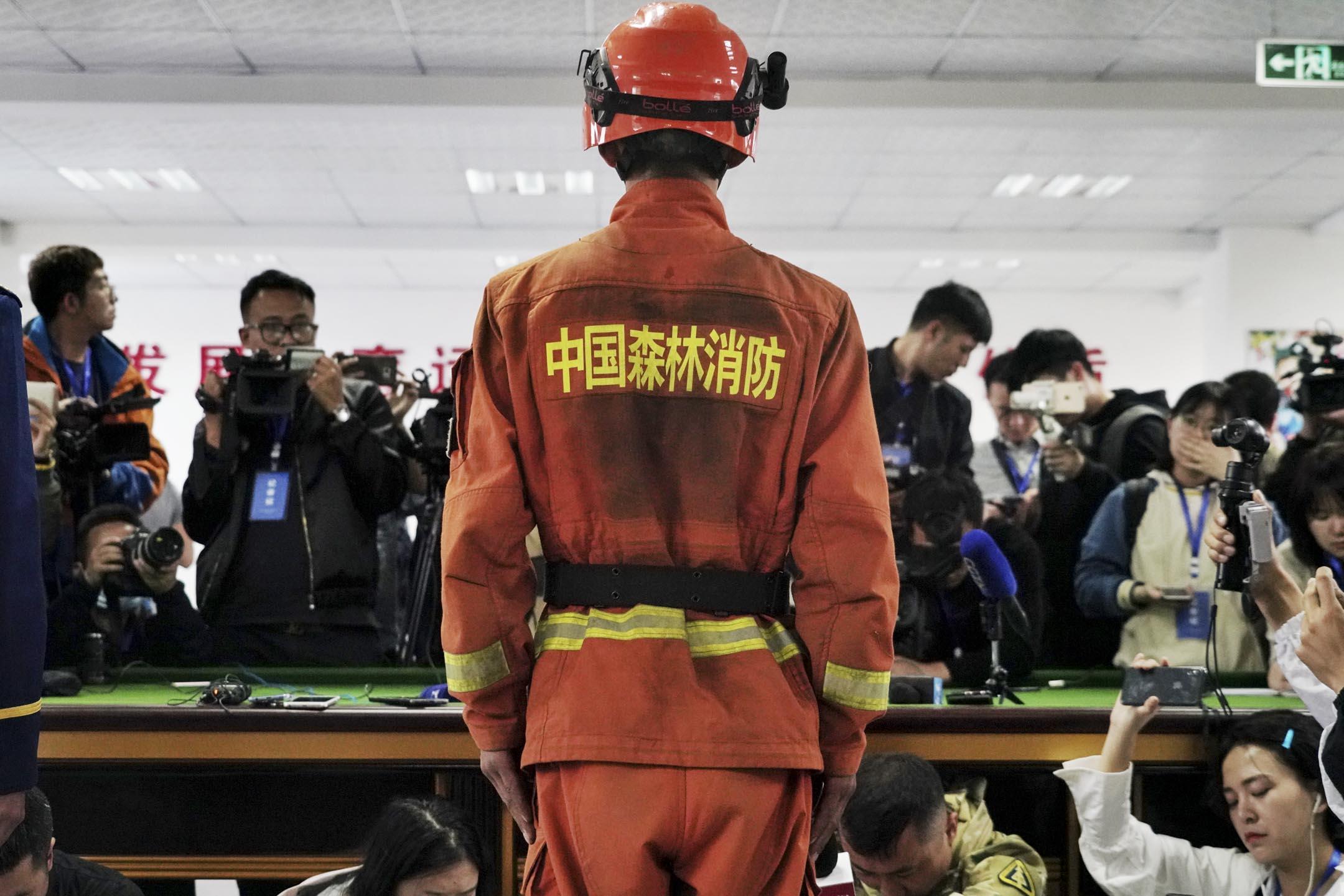 2019年4月3日,四川涼山火災造成27名消防員殉職,記者會現場,媒體記者聚焦中國森林消防問題。
