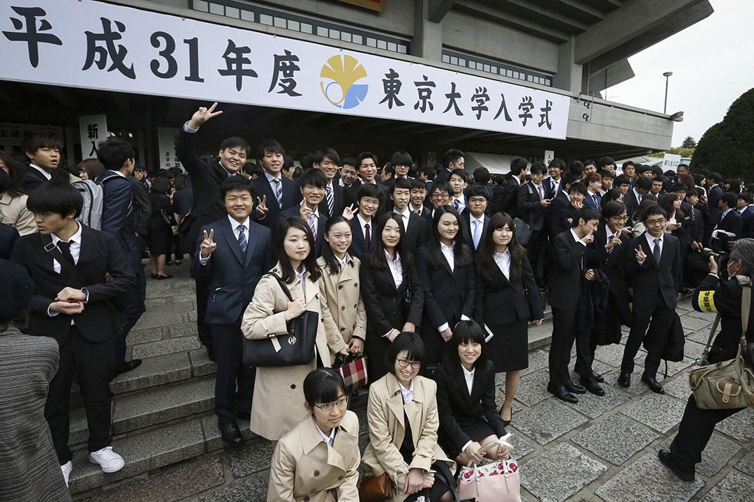 當地時間2019年4月12日,日本東京,東京大學新生在位於千代田區的日本武道館合影,紀念入學第一天。 攝:Yomiuri Shimbun/AP via IC photo