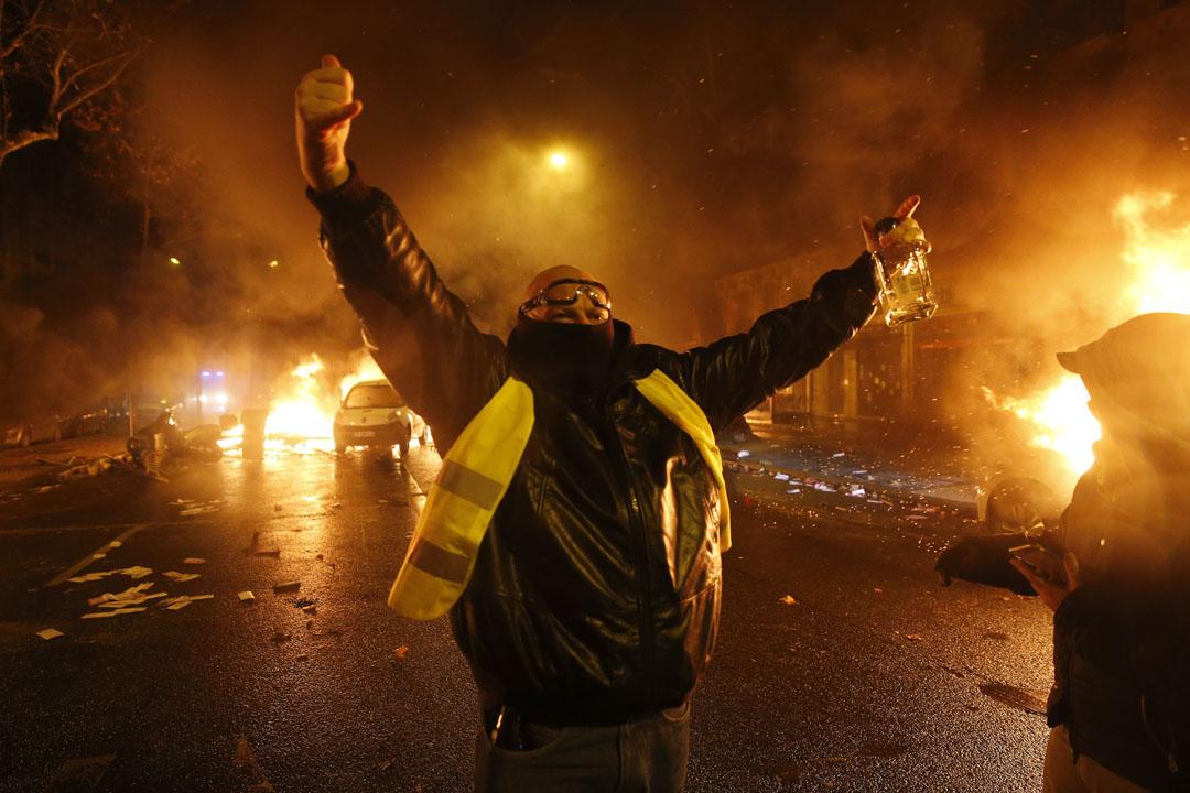 2018年12月1日,巴黎第3週黃馬甲運動,示威者在Kleber大道上抗議,周圍汽車正在焚燒。