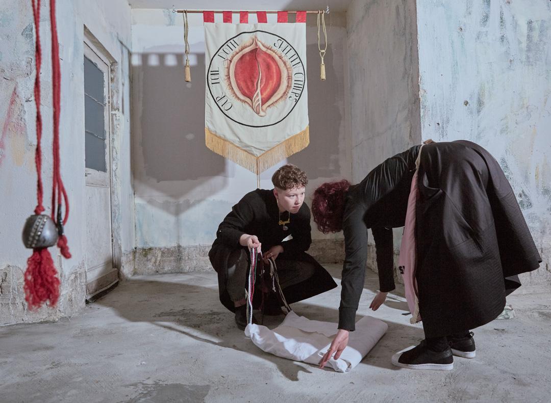 2018年4月13日,愛爾蘭城市利默里克舉行「伊娃國際藝術節」,兩名女子在Alice Maher創作的橫幅前收拾一塊布, 橫幅上寫上「Our Toil Doth Sweeten Others(我們的辛勞為他人帶來甜美)」的字句。反墮胎運動參與者用藝術品來激活保守社會對墮胎法的討論。