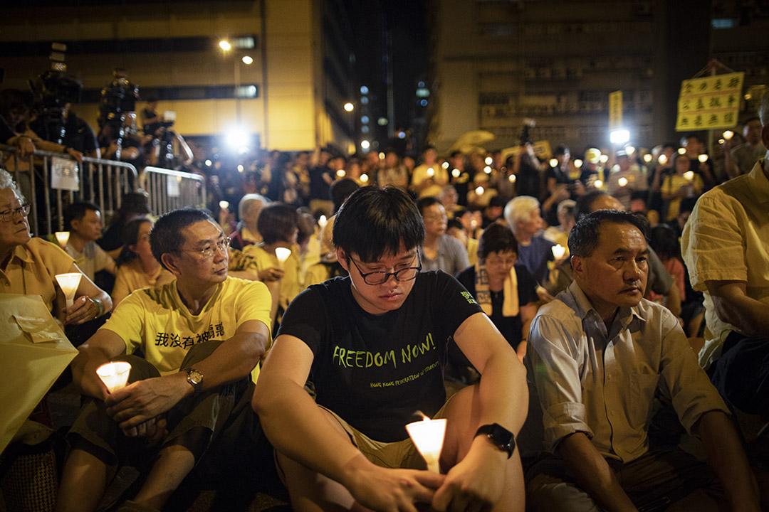 2019年4月24日,市民在荔枝角收押所外舉行聲援晚會,張秀賢手持燭光。