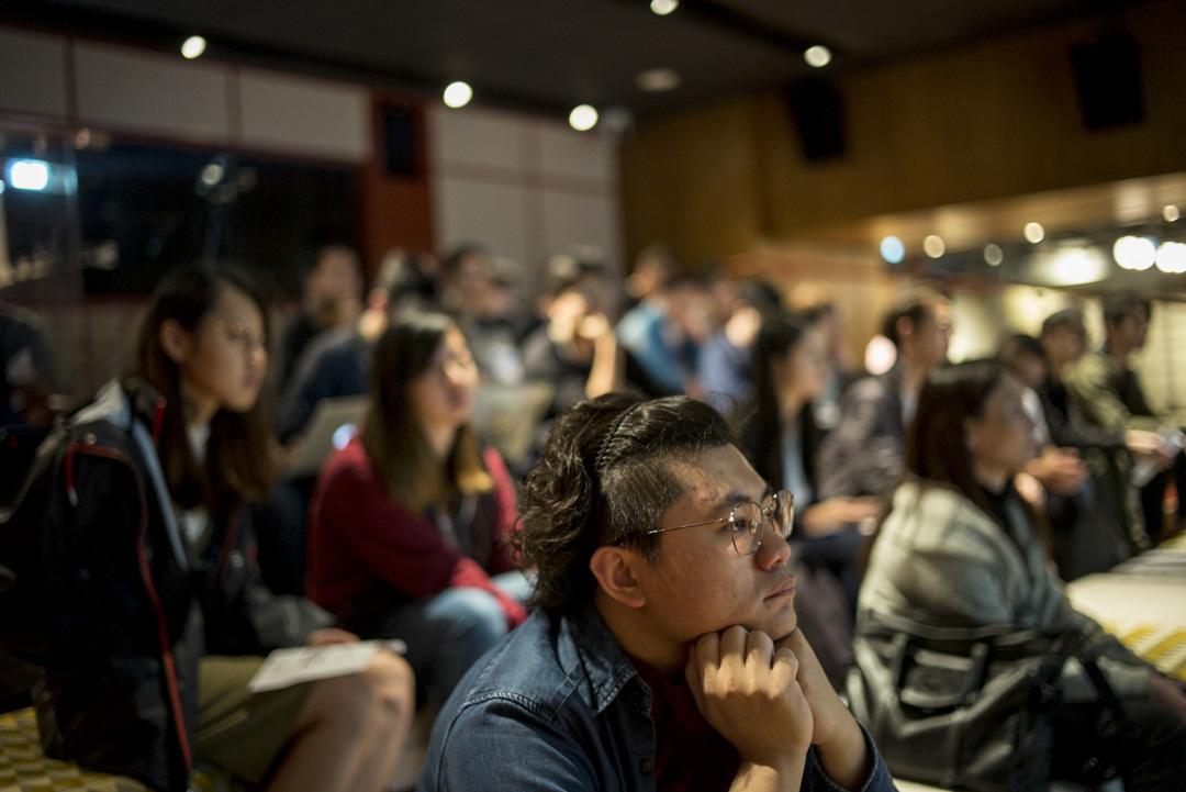 各坑主輪流用3分鐘在台上推銷自己的坑,希望有人下坑協助編寫程式、設計介面或輸入資料等,台下參與者專注聽講。