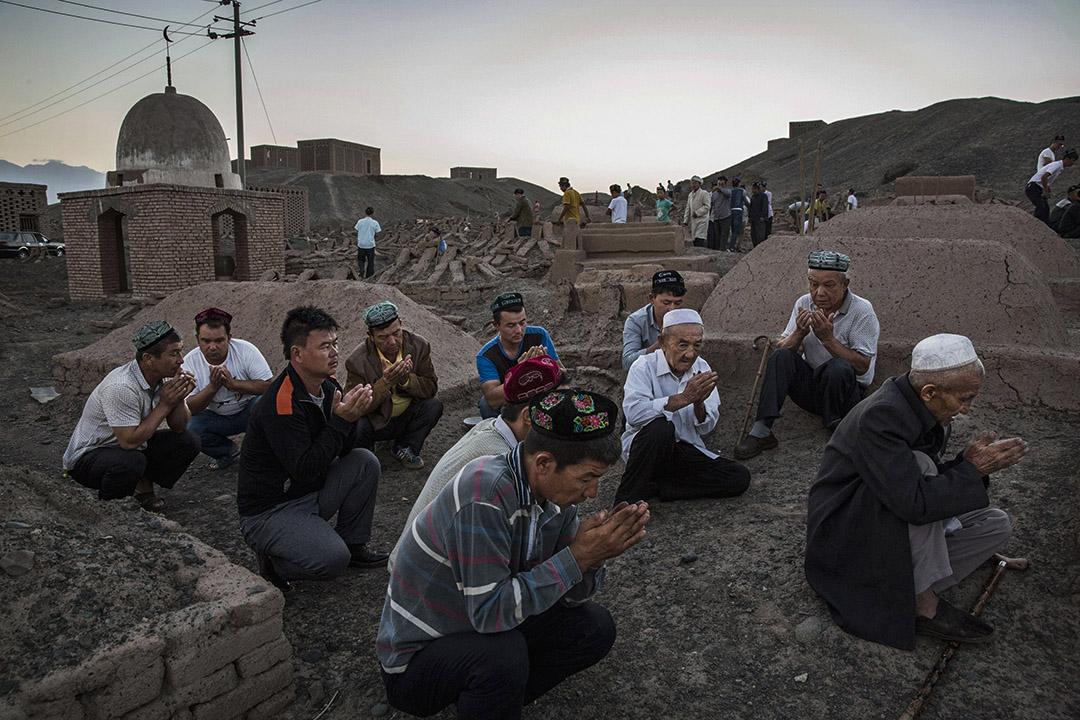 2016年9月11日,中國新疆吐魯番縣,維吾爾人在一個公墓裡禱告。