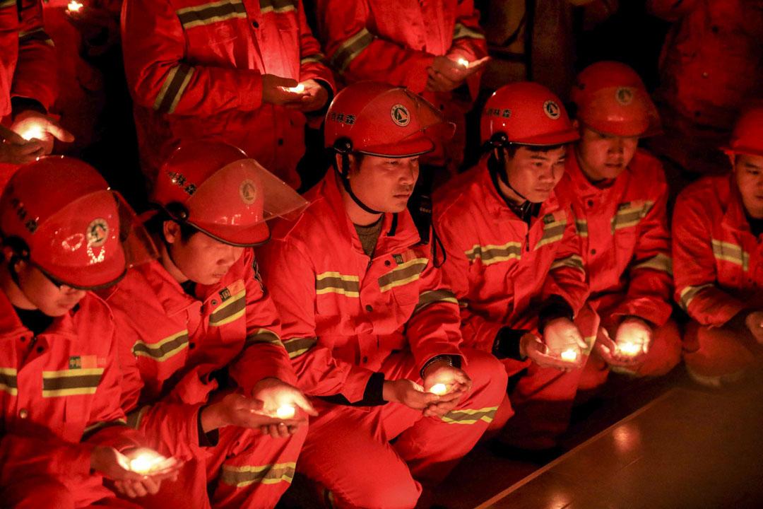 2019年4月2日,消防員在榮安縣舉行悼念儀式期間舉行蠟燭,紀念在四川涼山殉職的消防員。