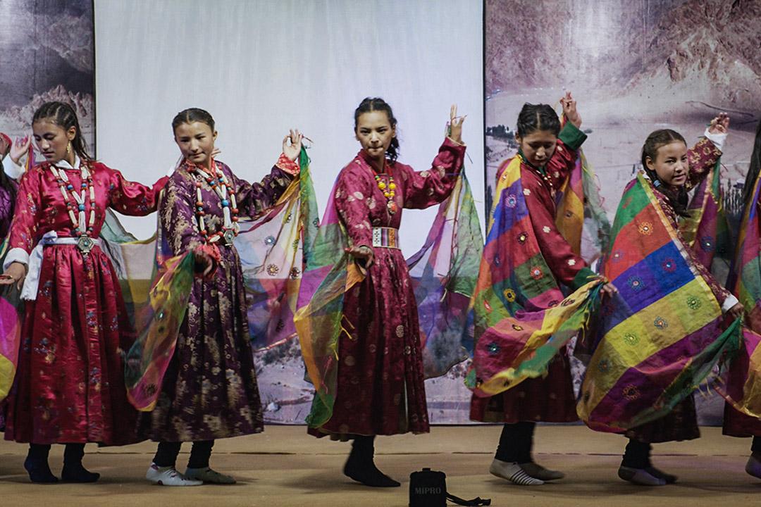 拉達克是半個母系社會,女孩擁有同樣就學機會,學校裡的女孩穿著傳統服飾表演舞蹈。