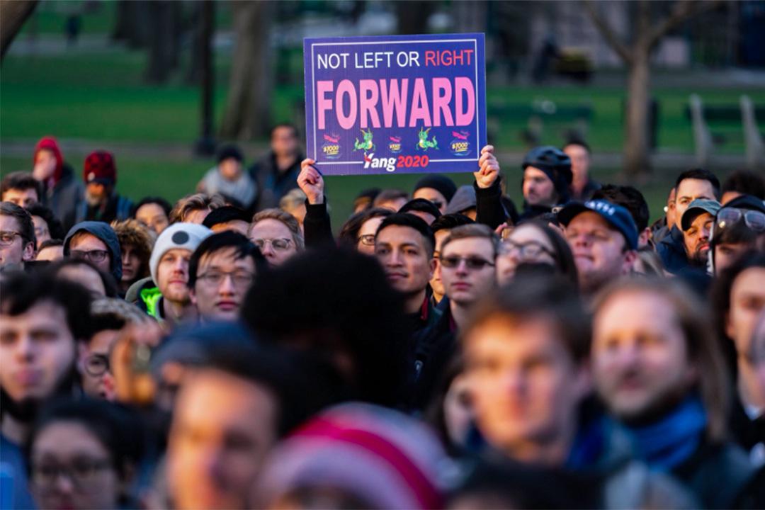 美國波士頓市中心公園,楊安澤的支持者舉起標語。