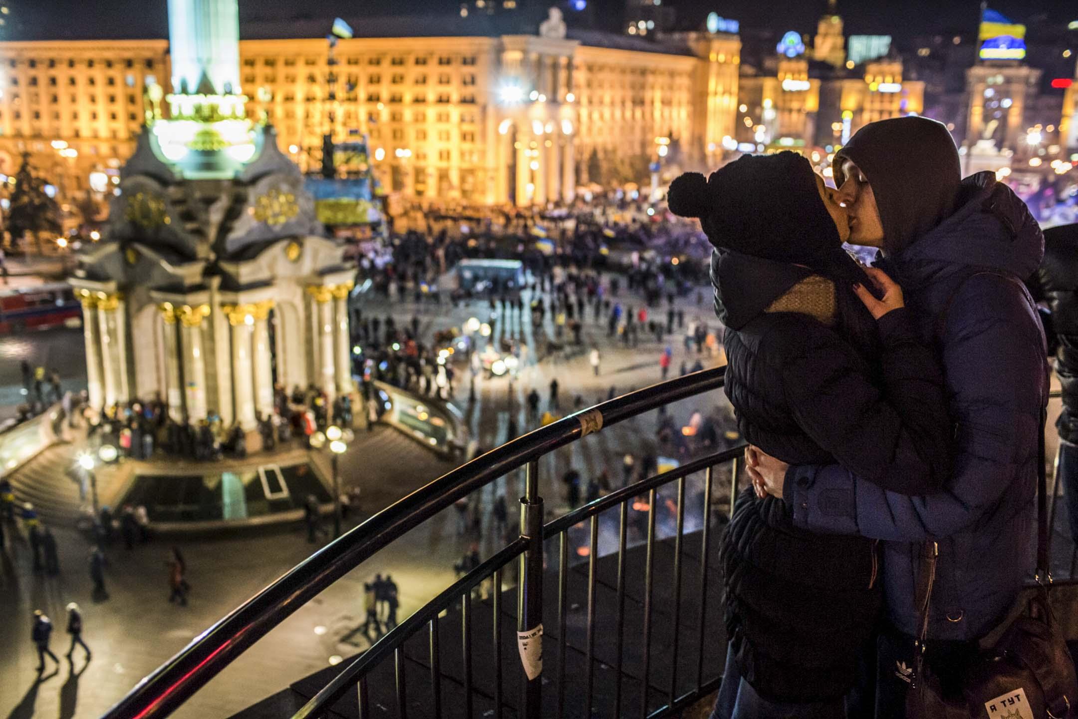2013年烏克蘭的「歐洲廣場革命 Euromaidan」,竭力掙脫莫斯科與蘇聯歷史的陰影,走向象徵著經濟增長與開放民主的歐洲。隨即,莫斯科以「保護俄裔人口」為名,吞併克里米亞、介入烏東的軍事衝突。 攝:Brendan Hoffman/Getty Images