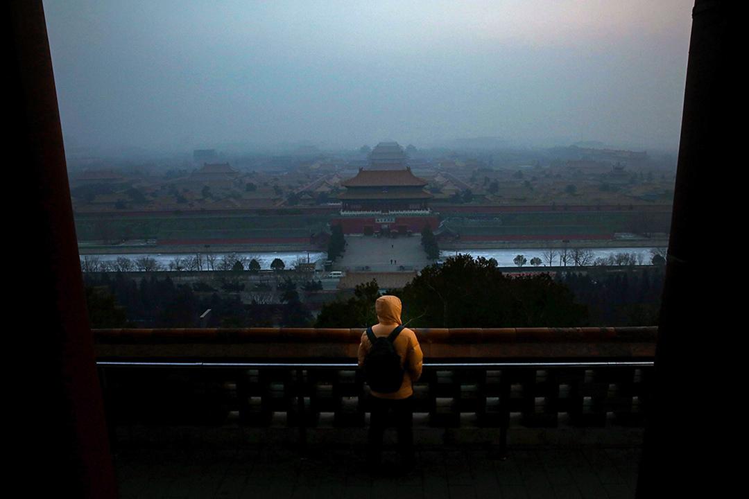 2013年1月16日,空氣污染嚴重的北京,遊人在參觀故宮。 攝:Feng Li/Getty Images