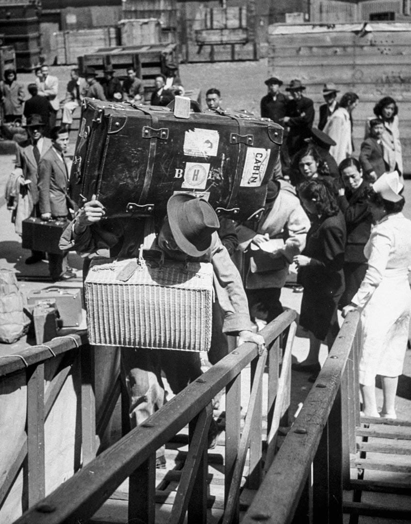 內戰時期正在登船離開的中國人。