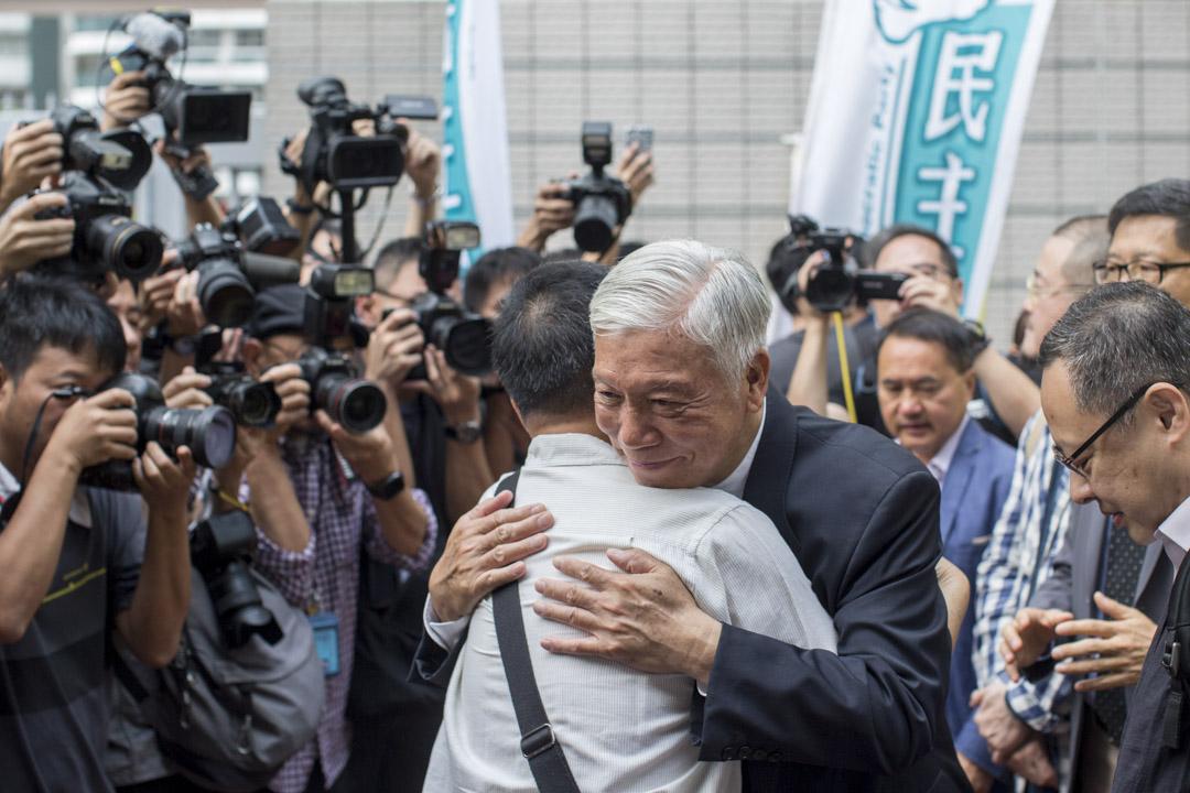 2019年4月9日,佔中九子案判決,朱耀明到達法院,與到來支持的朋友擁抱。