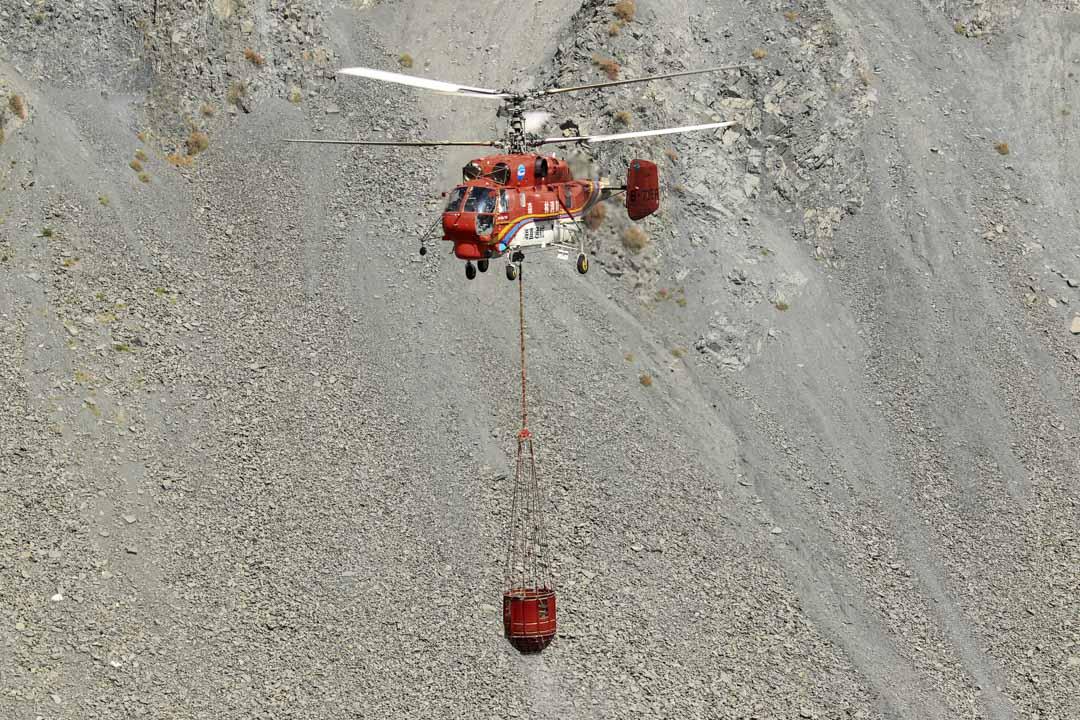 2019年4月2日,消防直升機在四川涼山的森林中救火。