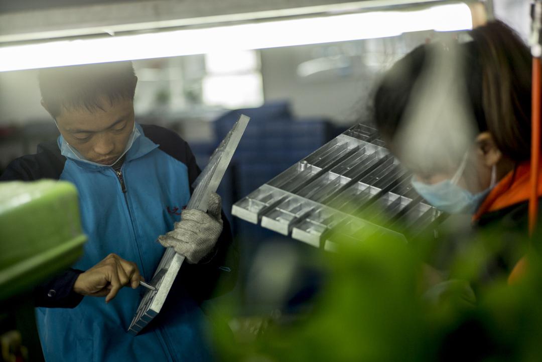 中國勞動法規定,雇主可要求員工每天加班1小時,甚至3小時,但一個月加班時間累計不得超過36小時。圖為深圳一間工廠的工作情況。 攝:林振東/端傳媒