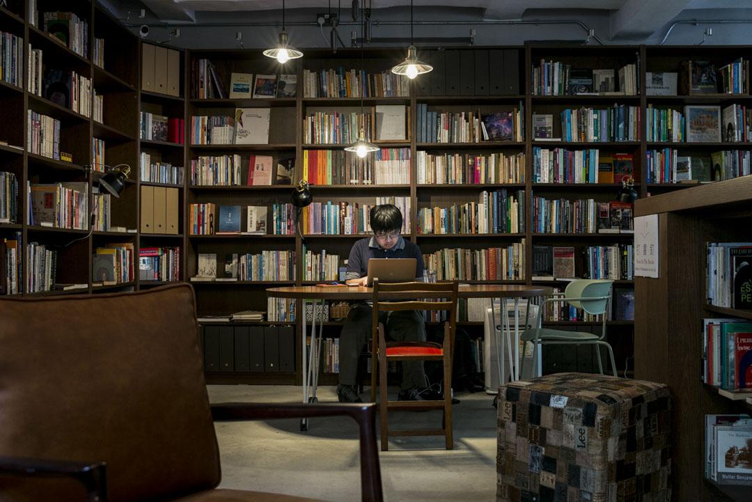 楊津是司徒薇任教的最後一名研究生,現時是圖書館管理員,每周有五天,他由中午12時至晚上7時,守著這裡。