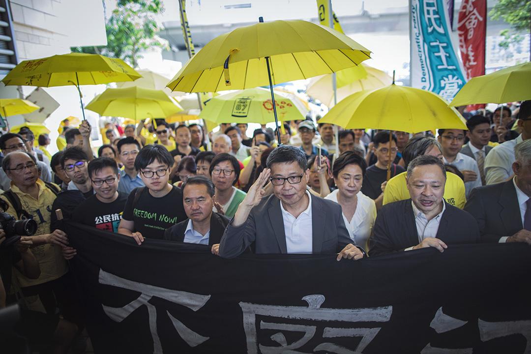 2019年4月24日,佔中九子案在西九龍裁判法院開庭前拉起橫額,橫額上寫上「不廢江河萬古流」。