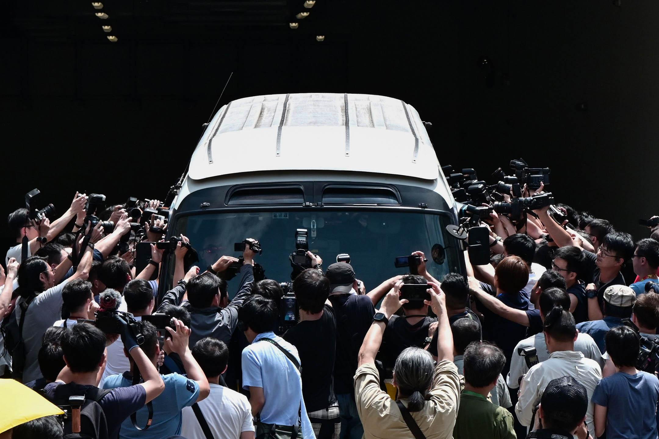 2019年4月24日,佔中九子案在西九龍裁判法院判決,大批傳媒包圍著囚車拍攝。 攝:Anthony Wallace/AFP via Getty Images