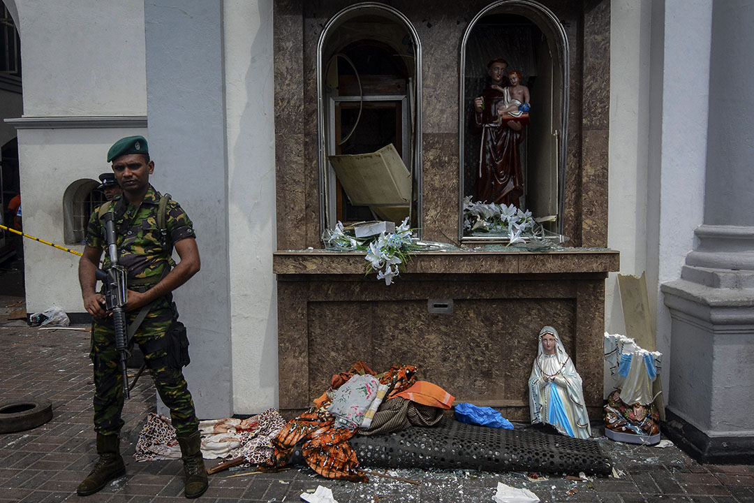 2019年4月21日,斯里蘭卡科倫坡,警察守衞在遭襲擊的聖安東尼教堂外。
