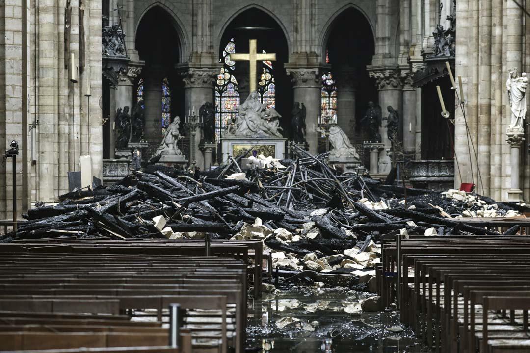 2019年4月16日,火災後的巴黎聖母院大教堂內部情況曝光,教堂禮堂內屋頂殘骸散落一片。