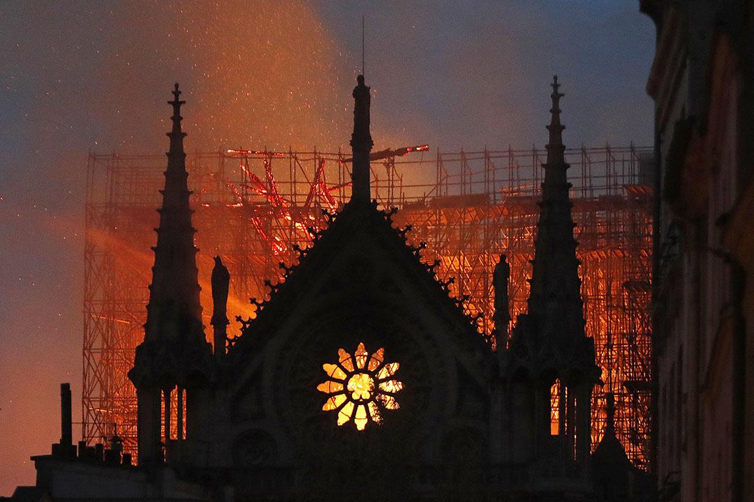 當地時間2019年4月15日,法國巴黎著名地標巴黎聖母院起火,火情迅速蔓延,塔尖在大火中坍塌。