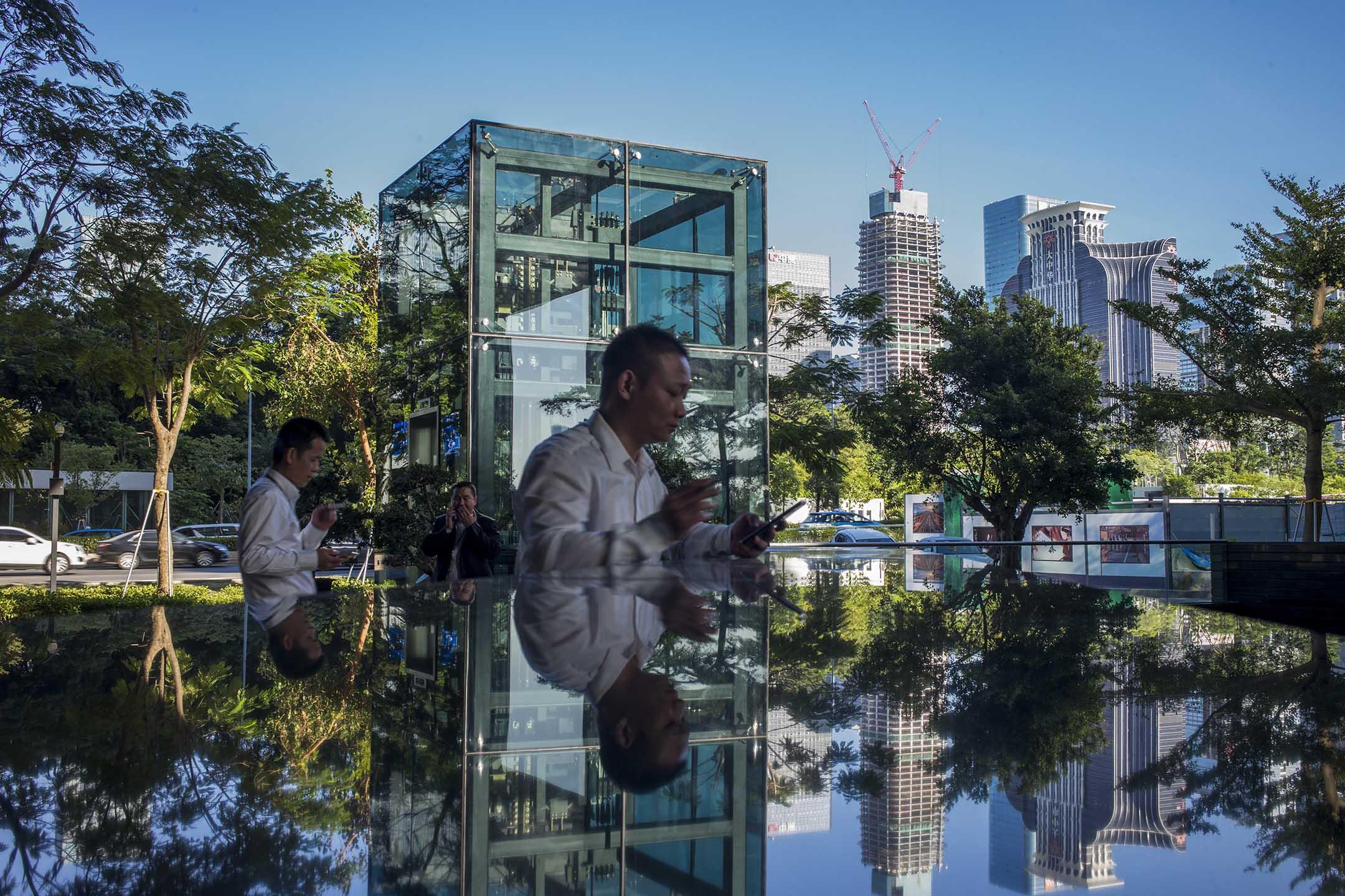深圳金融區,一位走出辦公室外吸煙的男士。 攝:林振東/端傳媒