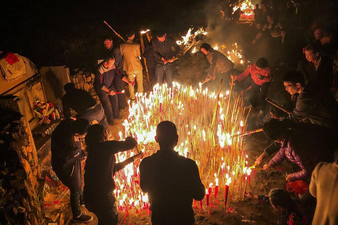 2019年4月4日,中國廣東梅州,市民點燃香火拜祭他們的祖先。
