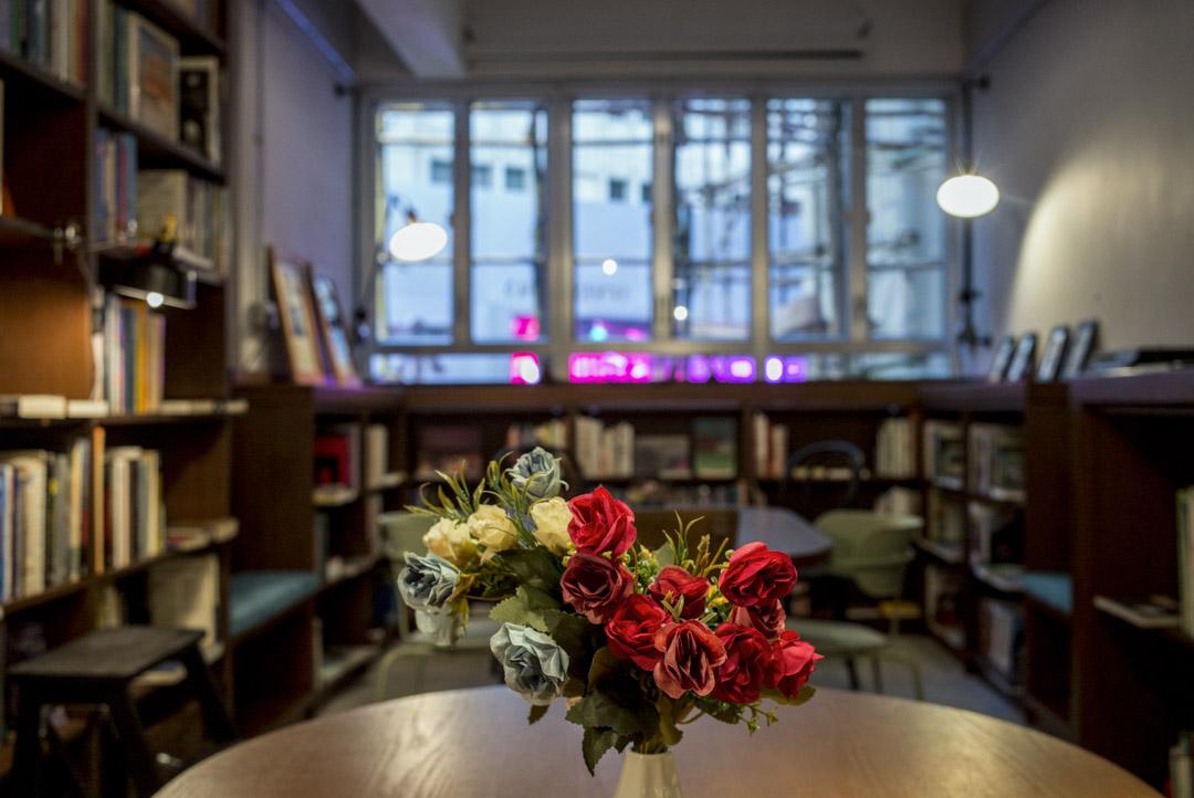 圖書館內櫳空間不過800呎,開放式設計,一排排棕色書架放貼牆兩邊。