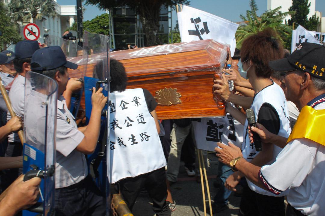 2013年10月15日,雲林縣濁水溪出海口自救會號召數百人到台塑六輕抗議,抗議民眾扛著棺材衝撞,遭警方攔阻。