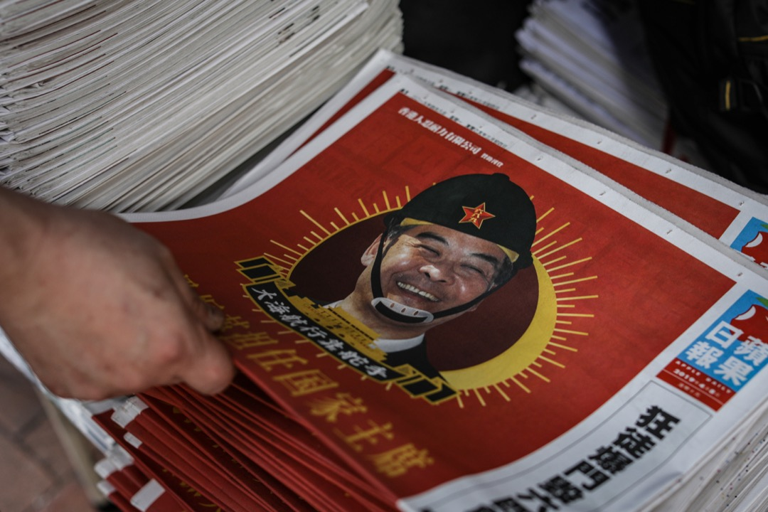 2019年4月8日,香港蘋果日報A1頭版刊出一則諷刺前行政長官梁振英的全頁廣告,內容包括「支持梁正英擔任國家主席」、「儘快北上,取代習總」等,以此來抗議他「打壓新聞自由」。   攝:Stanley Leung/端傳媒
