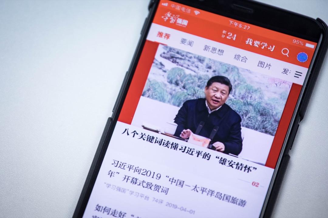 「學習強國」手機程式的首頁,顯示著一則又一則與習近平有關的文章。 攝:Stanley Leung/端傳媒