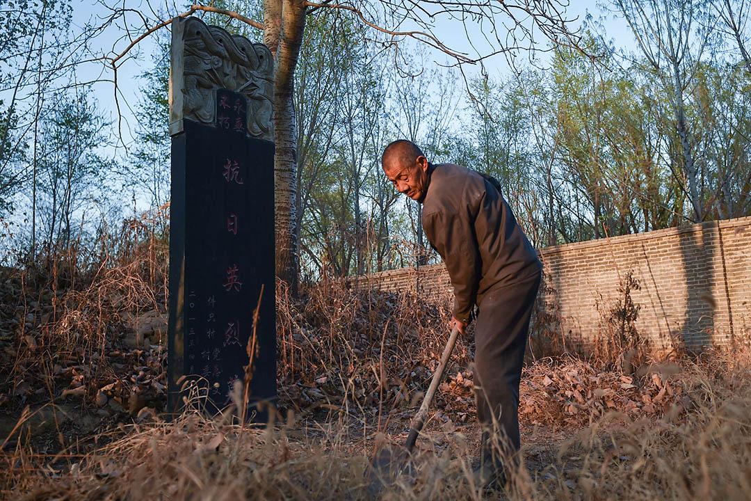 2019年4月5日,河北省邢台市,退伍老兵守護烈士墓已40多年。圖為朱志會在烈士墓前清理雜草。
