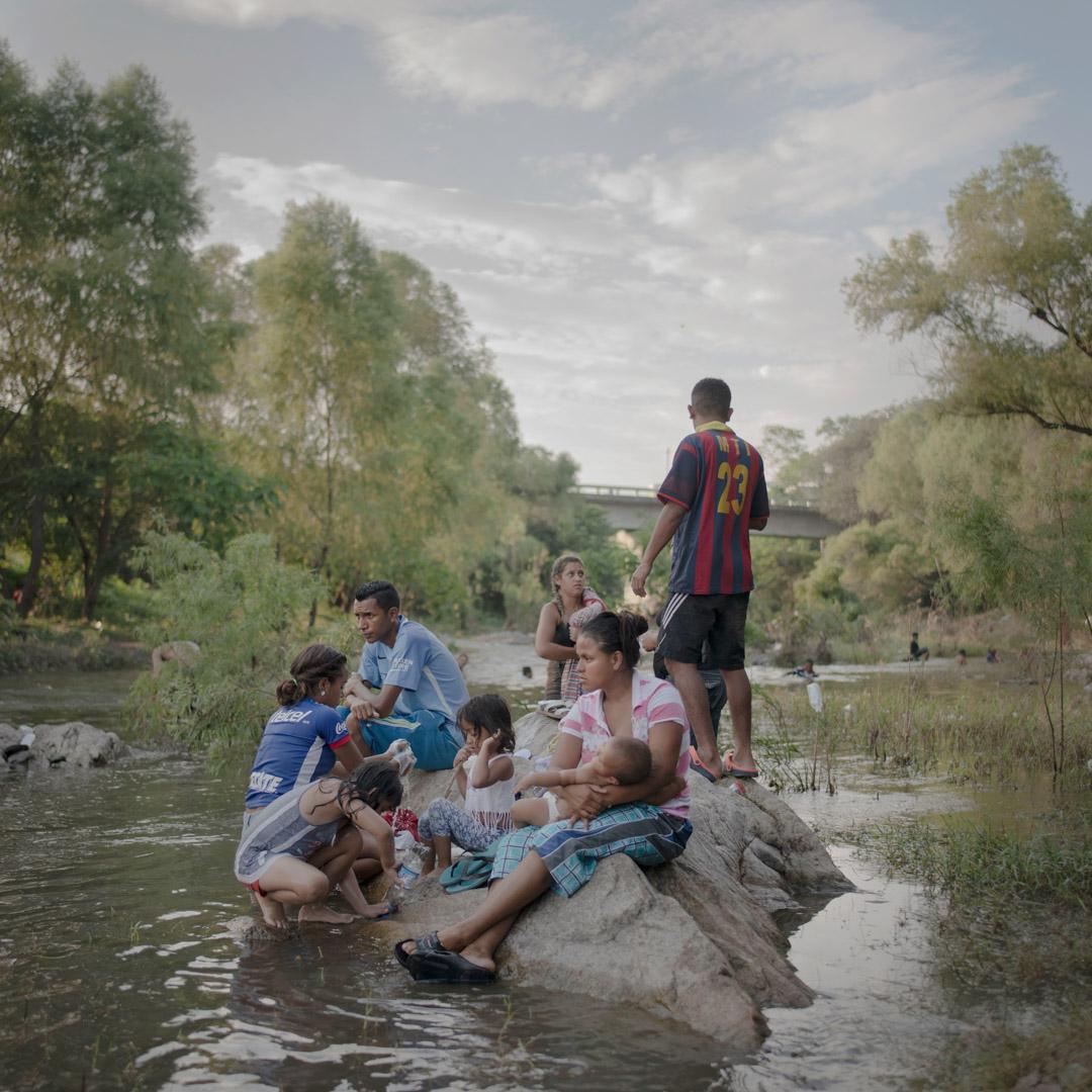 2018年10月29日,移民馬幫抵達墨西哥塔帕納特佩克市,在Rio Novillero河畔洗澡休息。