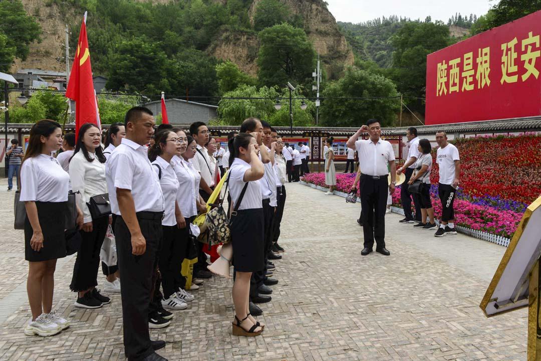 2018年6月27日,陝西延安梁家河村,村部大院有人重温入黨誓詞。