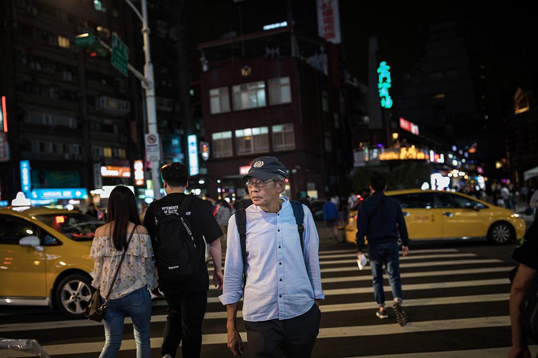 2019年4月26日,林榮基橫過台北西門町的馬路。