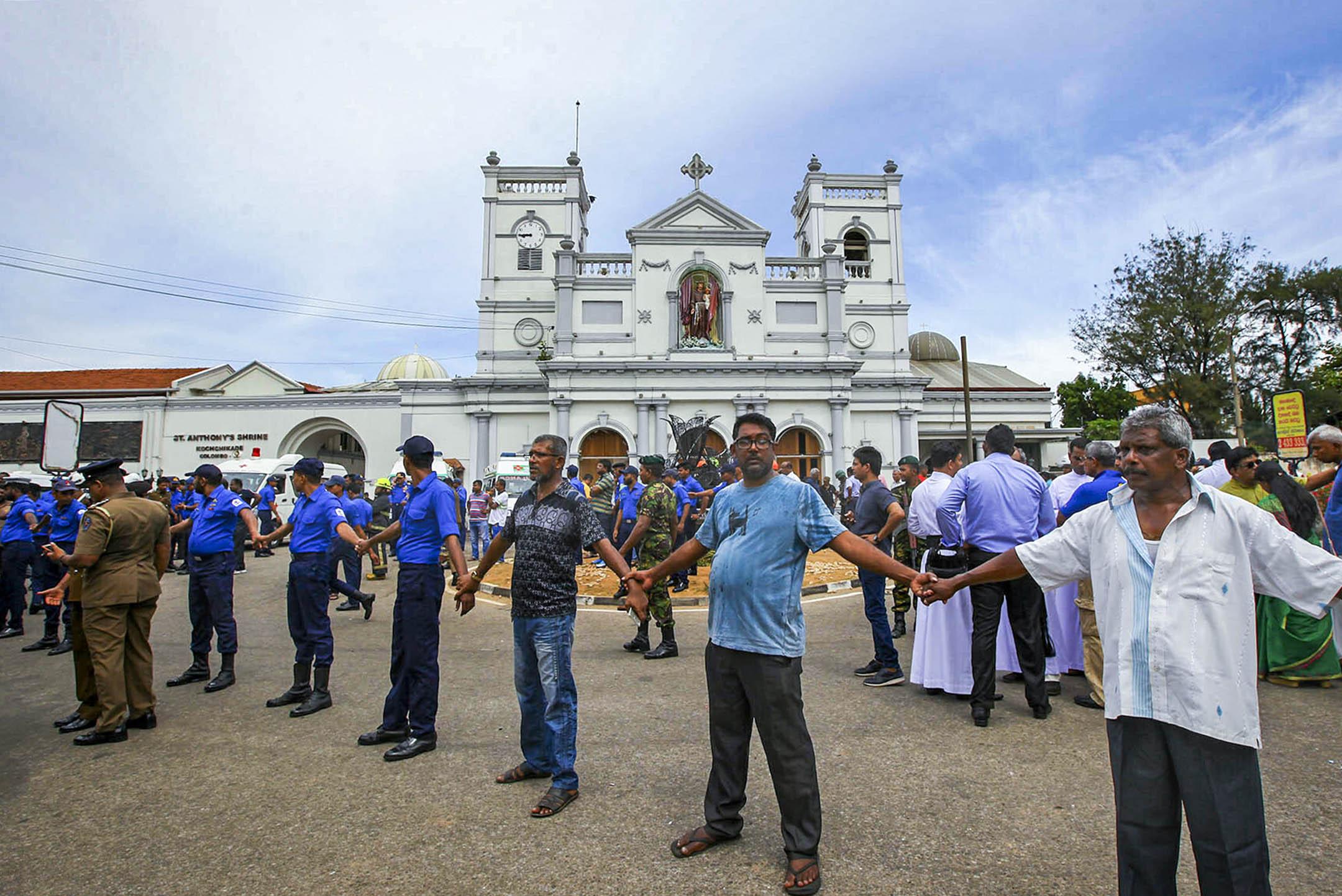 2019年4月21日,斯里蘭卡爆炸襲擊現場,安全人員守在遭襲擊的教堂外。  攝:Rohan Karunarathne/AP