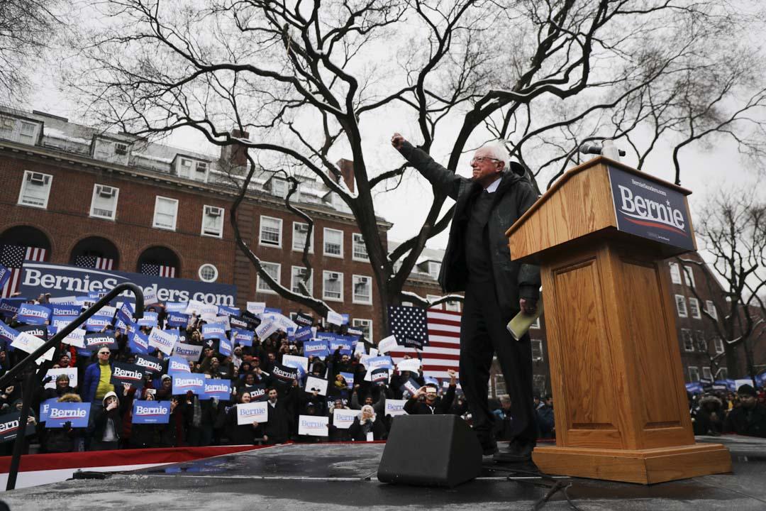 2019年3月2日,民主黨總統候選人桑德斯出席紐約布魯克林區活動並與支持者交談。