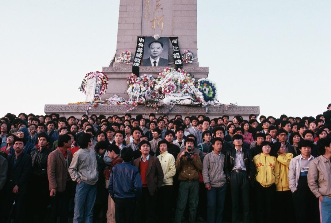 「4月15日(胡耀邦逝世)以後,中共第一次使用軍隊是在4月20日,將9000士兵調入北京,說是為了維持胡耀邦追悼會期間的秩序。」