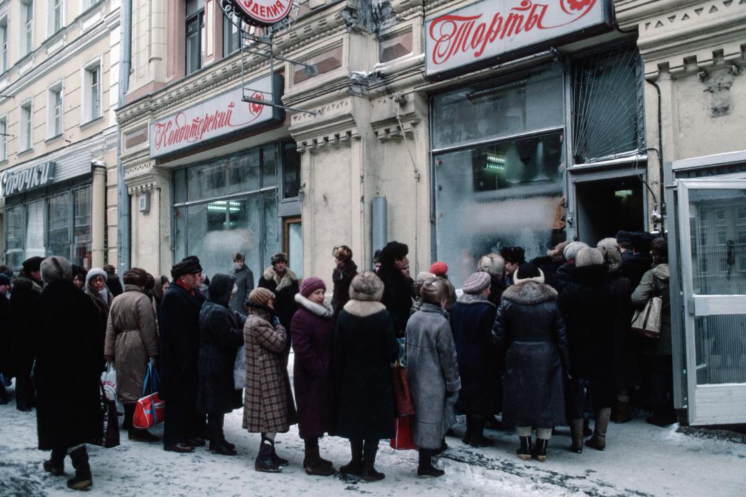 1986年1月1日,莫斯科的街上人民排隊進麵包店。