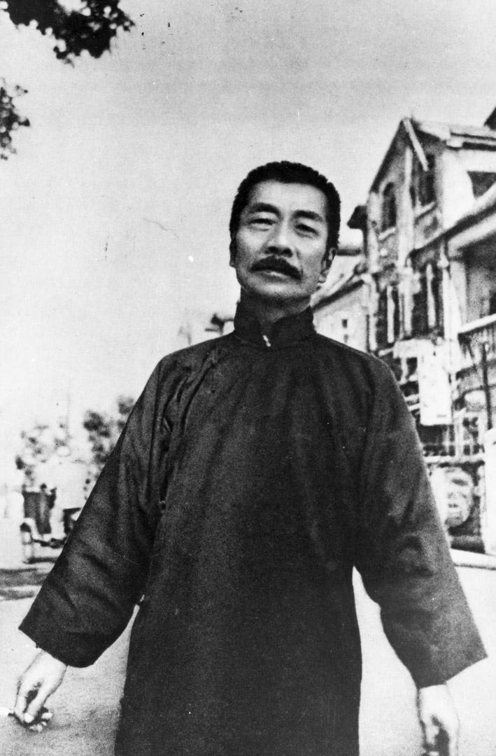 魯迅看到了中國文化落後、愚昧這一面。但他認為一個國家發生的制度變革,是不重要的,重要的是文化改造、國民性改造。