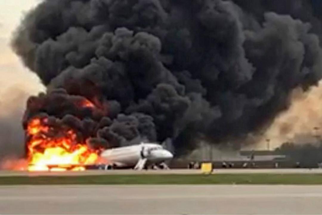 2019年5月5日,俄羅斯航空一架蘇霍伊-100型客機在莫斯科謝列梅捷沃機場迫降時發動機起火,事故造成41人遇難。 攝:Imagine China
