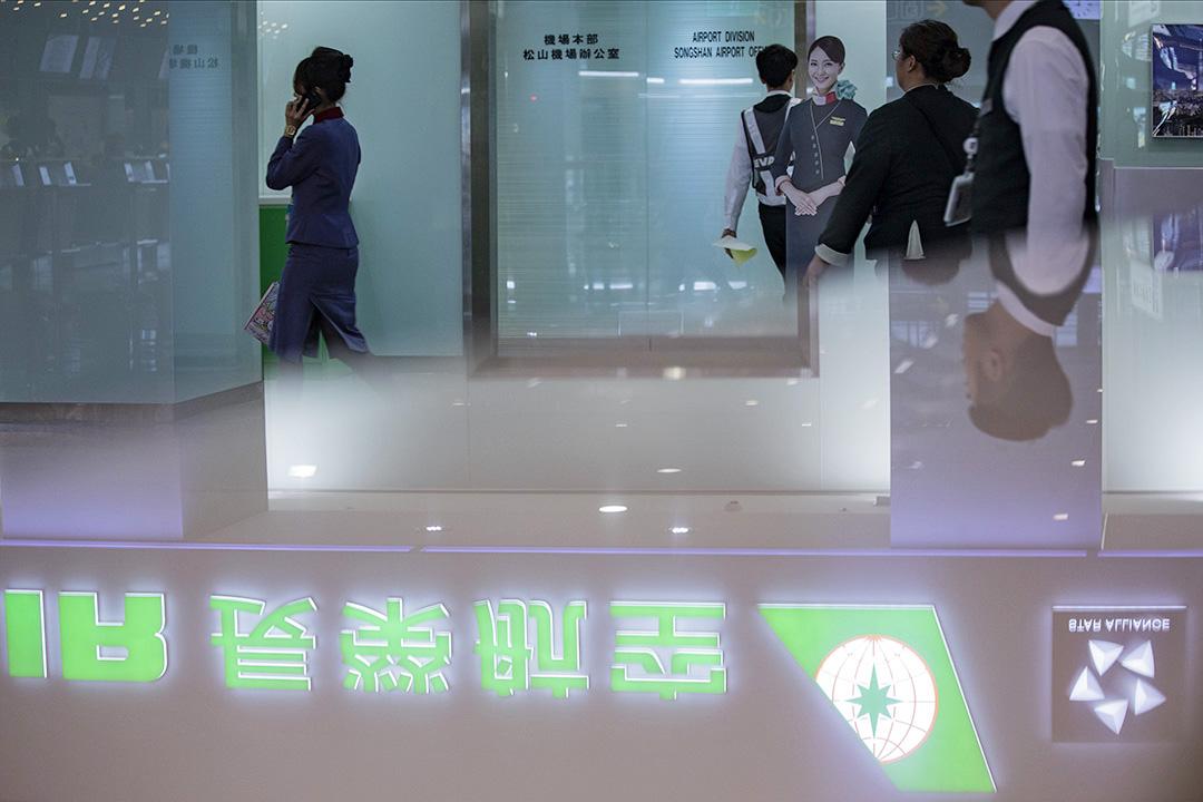 台北松山機場的長榮辦公室門口。