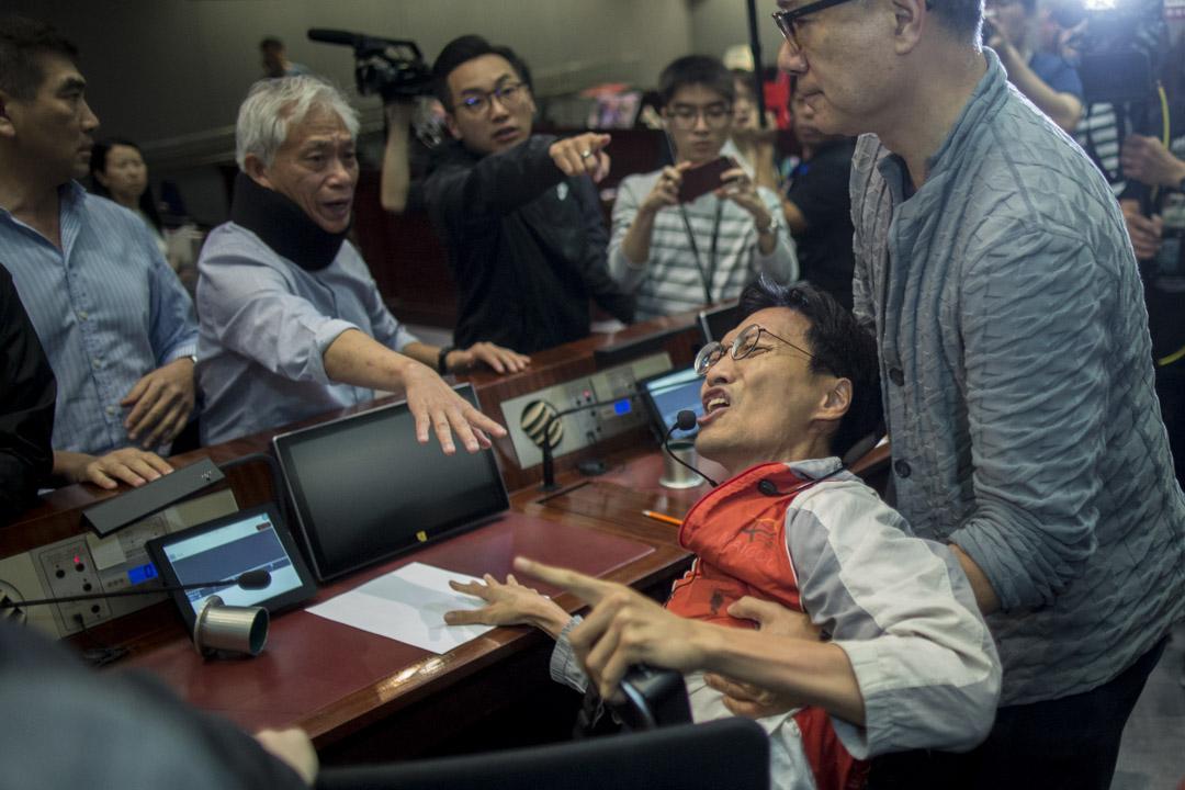 09:03AM - 混亂中,屬建制派議員謝偉俊嘗試拖走屬民主派議員朱凱迪。