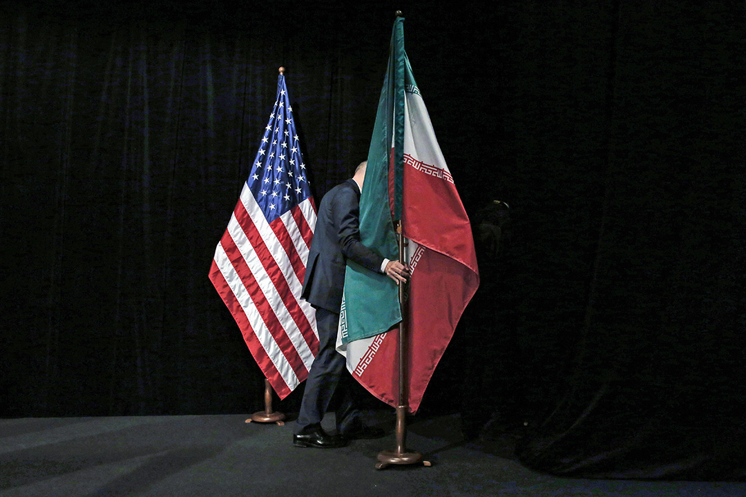 2015年7月14日,在維也納國際中心舉行的伊朗核談判,工作人員正整理伊朗國旗。