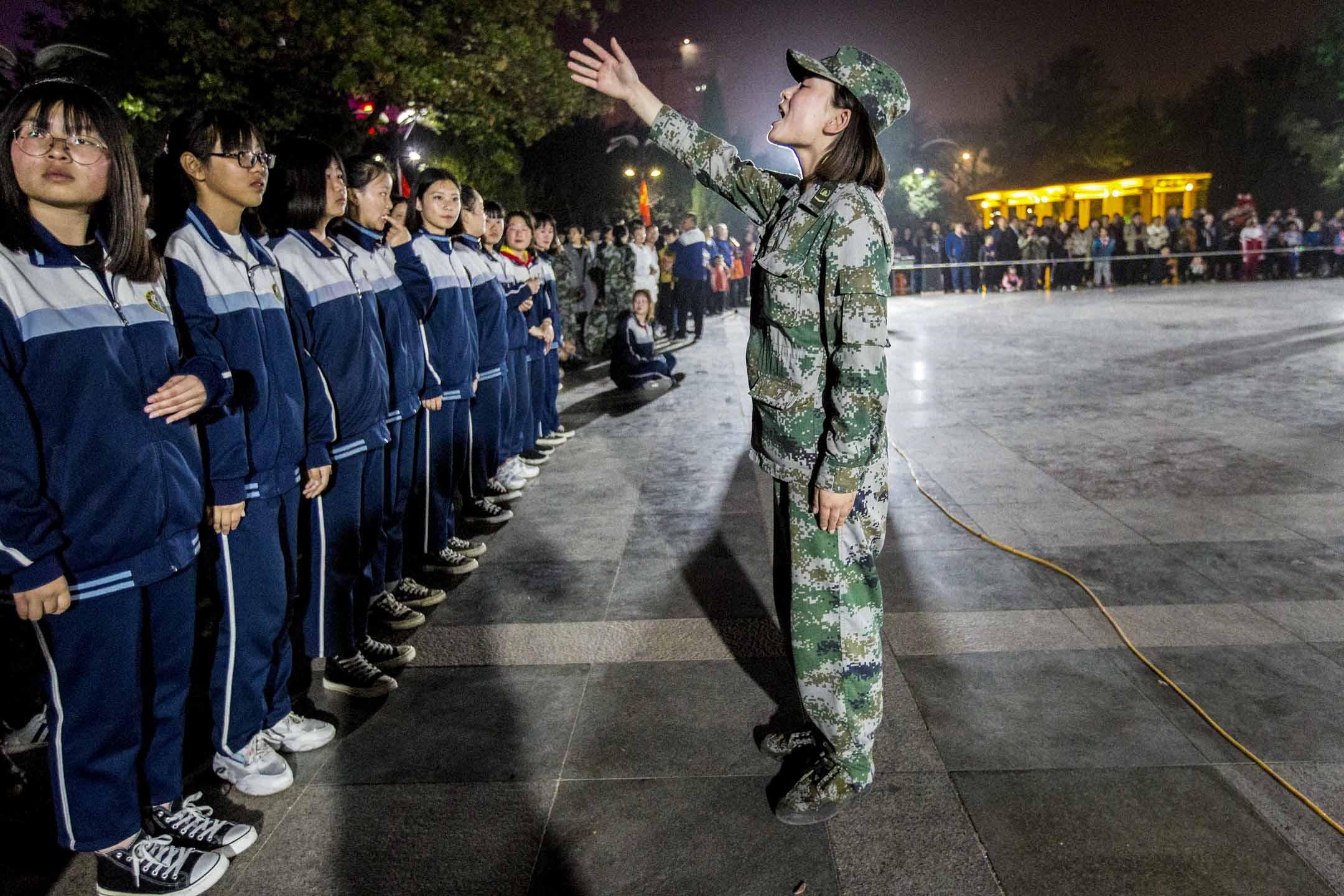 2019年4月29日,河南安陽市貞元廣場,有中學生舉行「青春心向黨建功新時代」以紀念五四運動100週年。 圖:IC photo