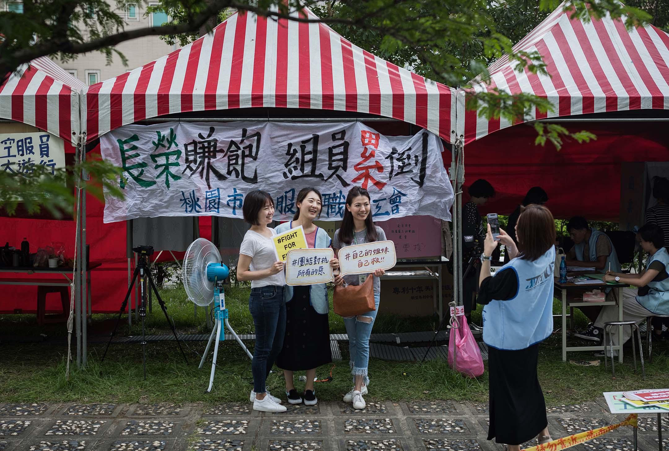 2019年5月15日,長榮桃園的投票站,員工在投票後在票站外拍照。 攝:陳焯煇/端傳媒
