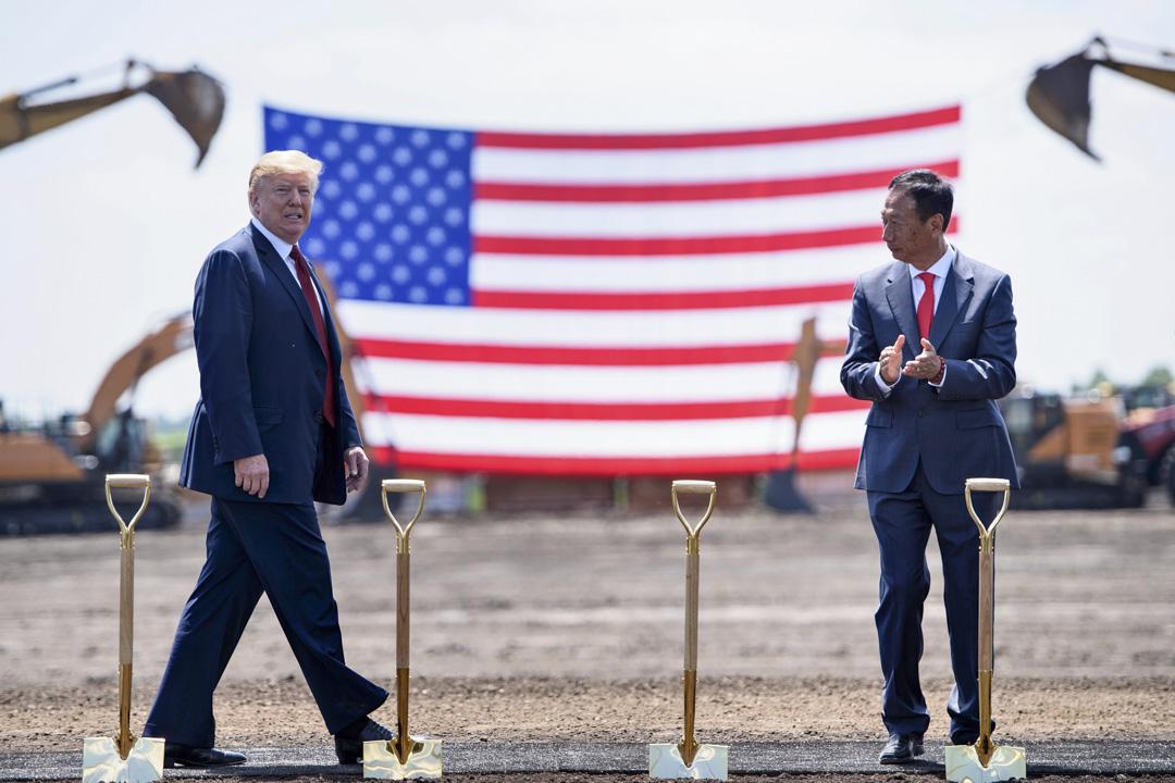 2018年6月28日,美國總統特朗普與富士康董事長郭台銘出席威斯康辛州的富士康工廠動工儀式。 攝:Brendan Smialowski/AFP/Getty Images