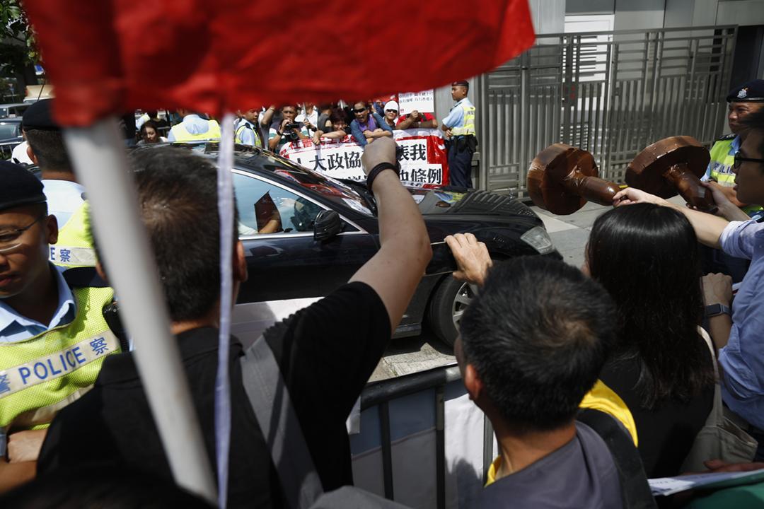 2019年5月17日,中聯辦召開工作會議「指示」港區人大代表及政協委員支持修訂《逃犯條例》,有團體及政黨於中聯辦外示威,抗議中方損害「港人治港」及「一國兩制」。 攝:林振東 / 端傳媒