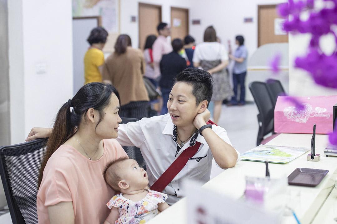 台中市南屯區的戶政事務所內,梁小姐和邢小姐帶同孩子登記結婚。