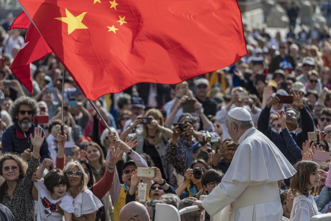 2019年5月,一群中國前往梵蒂岡的朝聖者在教宗方濟各公開接見來自各地天主教徒及訪客時,揮動中國國旗。